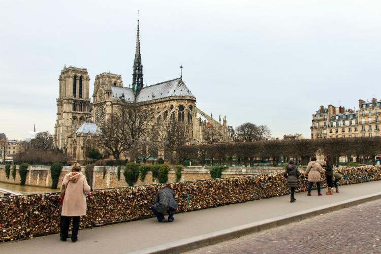 Paris faces nervous wait over tourist return