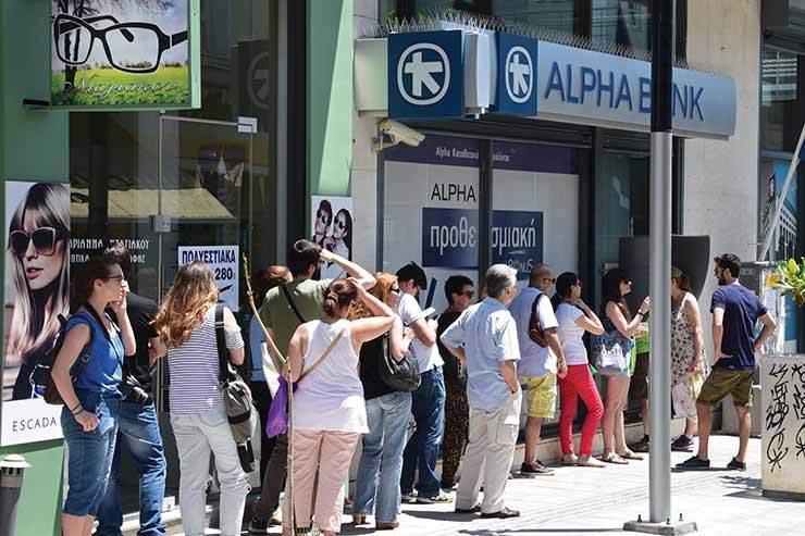 Greece cashpoint queue ThinkstockPhotos-483172296