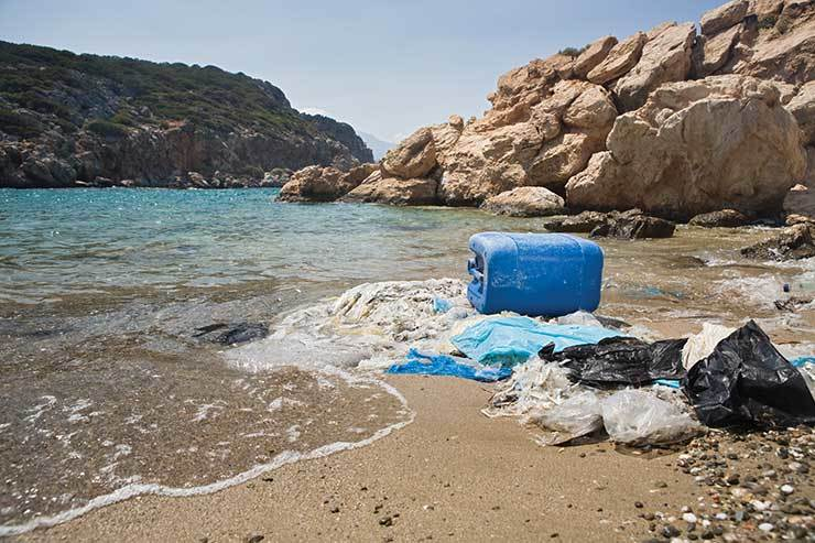 Pollution beach rubbish - Make Holidays Greener iStock_25922283