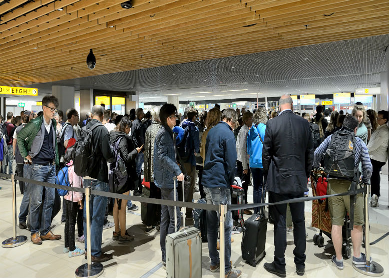 Heathrow slammed after passport control target missed