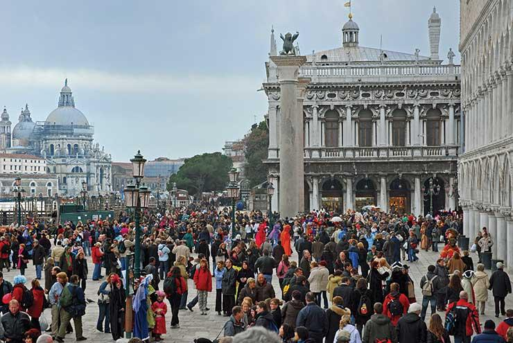 Venice confirms fines for 'bad tourist behaviour'