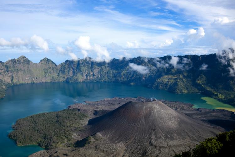 Lombok earthquake traps hundreds on Indonesian tourist island
