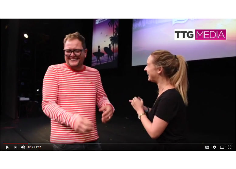 ��Alan Carr - 'everyone should use a travel agent'