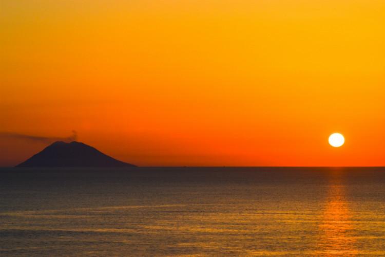 Stromboli: Tourists flee Sicilian island following volcano eruption