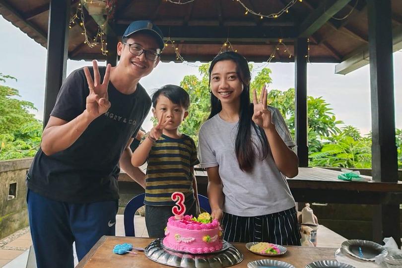 Kadek and Raithe Wikan celebrate with Ages on his third birthday