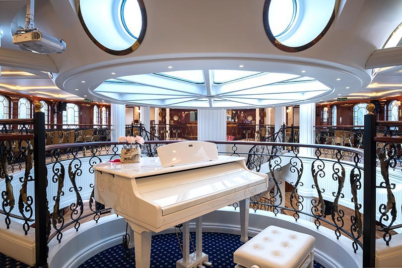 Golden Horizons' piano bar