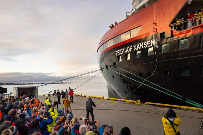 Hurtigruten names new hybrid ship in Longyearbyen